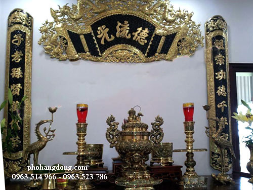 Bức cuoond thư đại tự đồng vàng và bộ đồ thờ bằng đồng